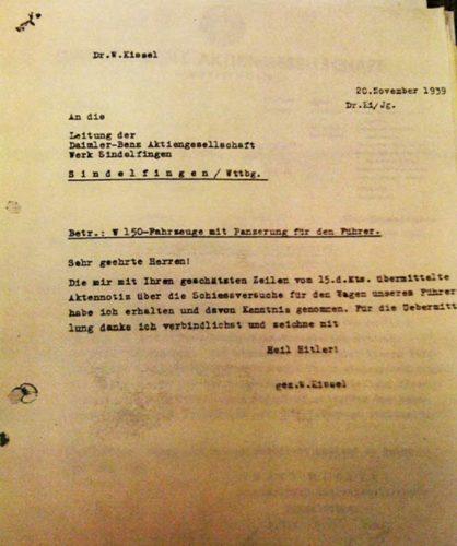 Zahlreiche Dokumente sollen die Authentizität des Fahrzeugs und seiner Herkunft belegen, so wie dieser Brief, bei dem es um die besondere Panzerung des Wagens geht.