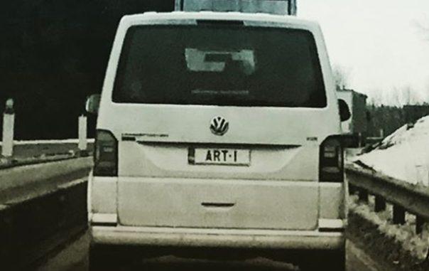 Kunstvoll: Ausdrucksstarkes Kennzeichen auf VW-Lieferwagen. Gesehen nahe Düsseldorf.