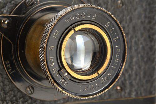 Die Kamera ist mit einem 50 MM-Objektiv Typ Anastigma l:35 ausgestattet (Foto: http://www.westlicht-auction.com)