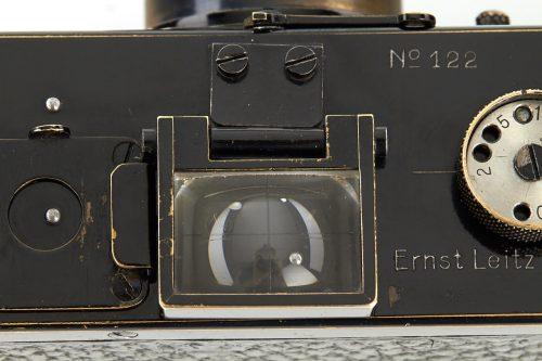 Die Leica trägt die Produktionsnummer 122 (Foto: http://www.westlicht-auction.com)