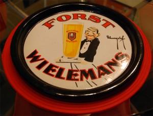 Forst (Wielemans): Eines der beliebtesten Motive mit dem freundlichen Kellner. In diesem erstklassigen Zustand eine Rarität!