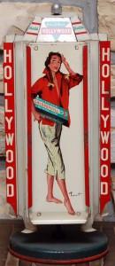 Sexy-Look: Gestreifte Hose und rote Jacke mit nicht viel darunter